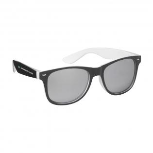 Auffallende Sonnenbrille mit verspiegelten Gläsern. Das Gestell vereint zwei unterschiedliche Farben. Die Farbe der Brillengläser passt perfekt zur Gestellfarbe. Mit UV 400 Schutz (gemäß europäischen Standards).
